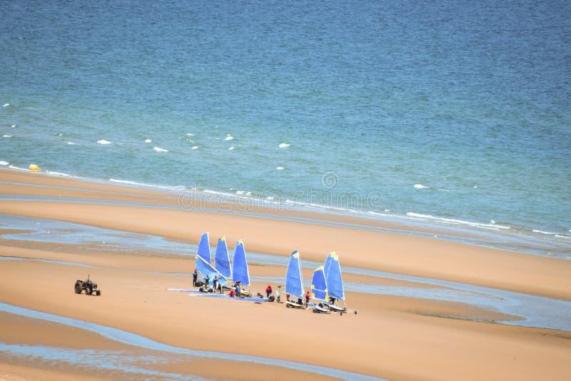 Κατηγορία Windsurf στην παραλία στοκ φωτογραφία