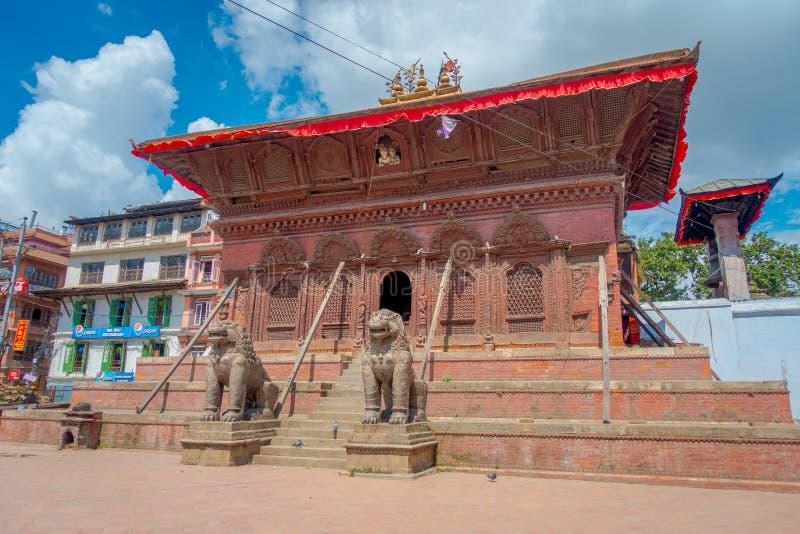ΚΑΤΜΑΝΤΟΥ, ΝΕΠΑΛ ΣΤΙΣ 15 ΟΚΤΩΒΡΊΟΥ 2017: Δύο τεράστια λιθοστρωμένα λιοντάρια εισάγονται ενός ναού της πλατείας Durbar κοντά στον  στοκ φωτογραφίες με δικαίωμα ελεύθερης χρήσης