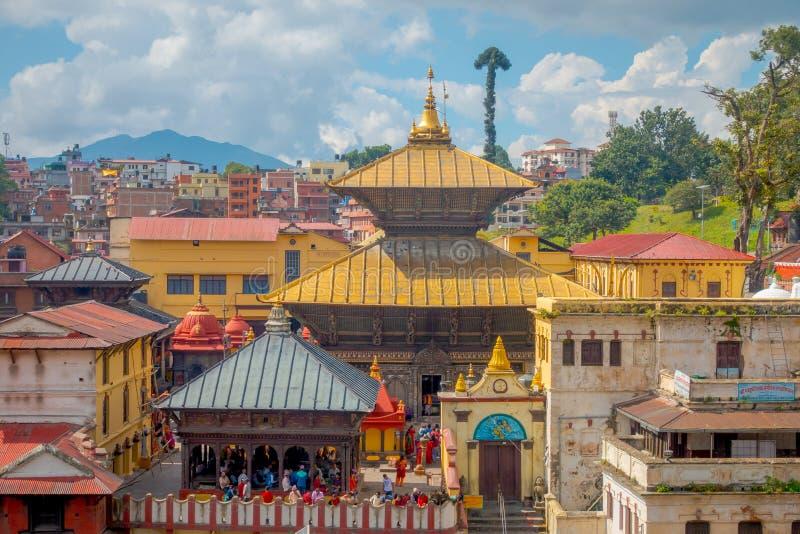 ΚΑΤΜΑΝΤΟΥ, ΝΕΠΑΛ ΣΤΙΣ 15 ΟΚΤΩΒΡΊΟΥ 2017: Εναέρια άποψη του χρυσού ναού σύνθετος-αποτεφρωτικό Pashupatinath Παρεκκλησια εκκλησιών στοκ εικόνα