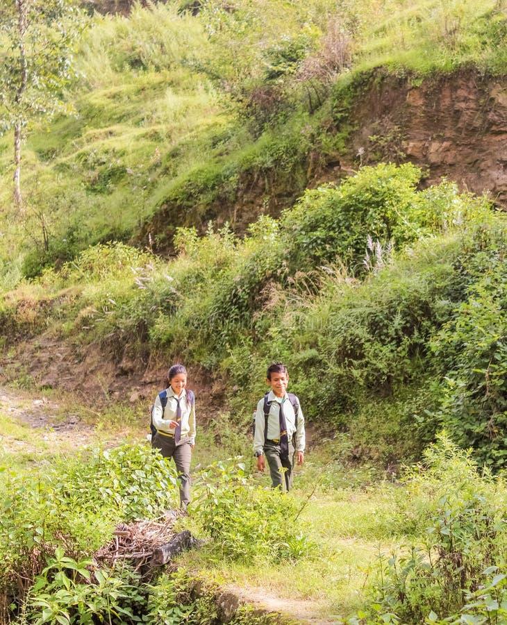 Κατμαντού, Νεπάλ - 4 Νοεμβρίου 2016: Νεπαλικά παιδιά στη σχολική στολή που περπατούν σε ένα χωριό στο Κατμαντού, Νεπάλ στοκ εικόνα
