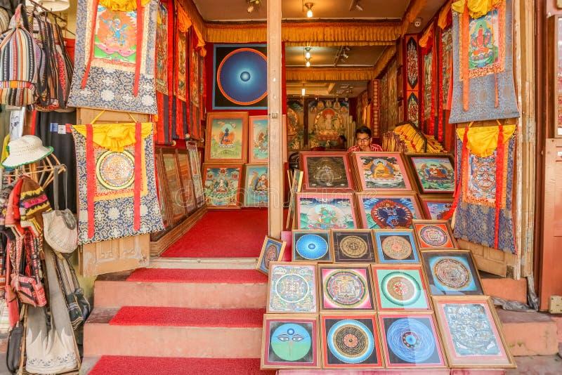 Κατμαντού, Νεπάλ - 21 Σεπτεμβρίου 2016: Μπροστινή άποψη ενός καταστήματος αναμνηστικών που πωλεί την παραδοσιακή θιβετιανή τέχνη  στοκ φωτογραφίες με δικαίωμα ελεύθερης χρήσης