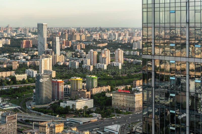 Κατοικήσιμες περιοχές της Μόσχας και των αντανακλάσεών τους στοκ εικόνα με δικαίωμα ελεύθερης χρήσης