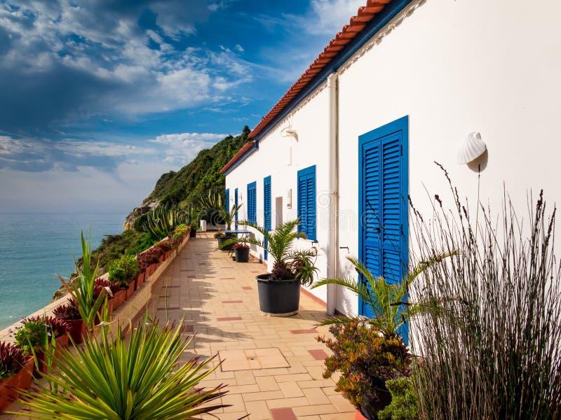 Κατοικία για τη χαρακτηριστική πορτογαλική ακτή του Αλγκάρβε στοκ φωτογραφίες