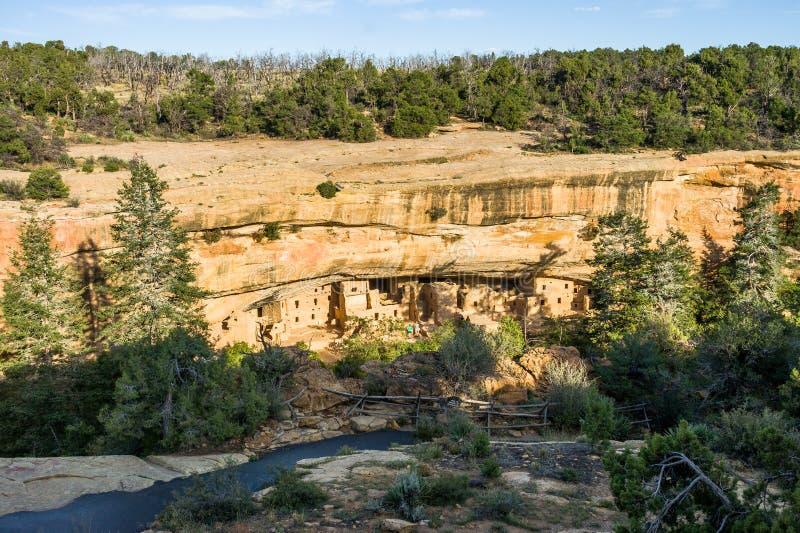 Κατοικίες απότομων βράχων στο κομψό σπίτι δέντρων σε Mesa Verde στοκ εικόνες