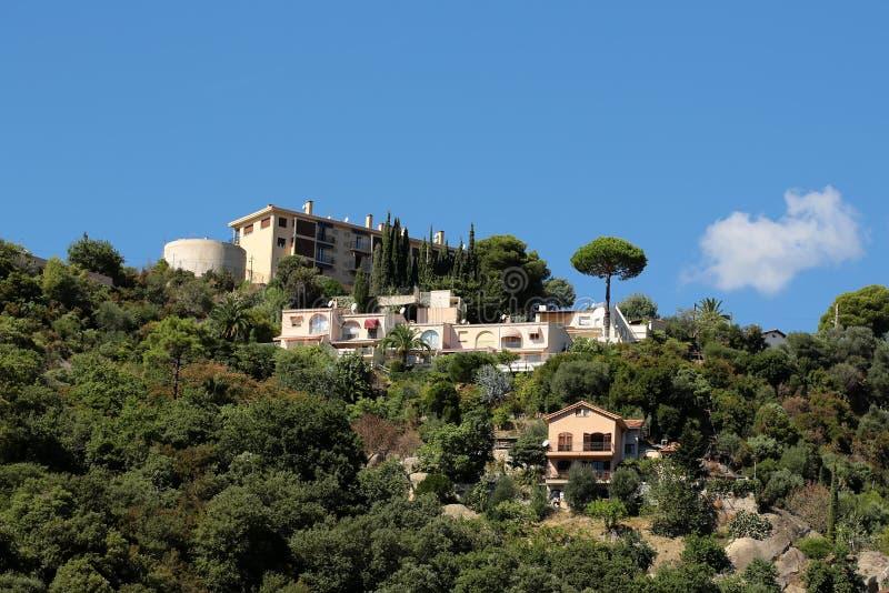Κατοικημένα κτήρια στην κορυφή βουνών στοκ φωτογραφίες