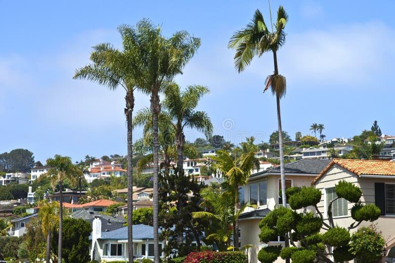 Κατοικημένα σπίτια σε μια βουνοπλαγιά Καλιφόρνια. στοκ εικόνες
