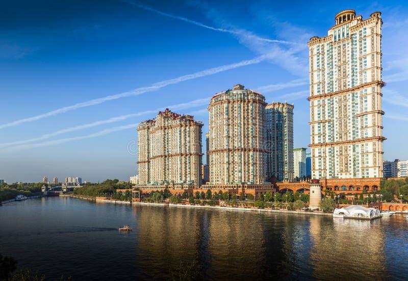 Κατοικημένα σύνθετα ` ερυθρά πανιά ` πολυόροφων κτιρίων στοκ εικόνες με δικαίωμα ελεύθερης χρήσης