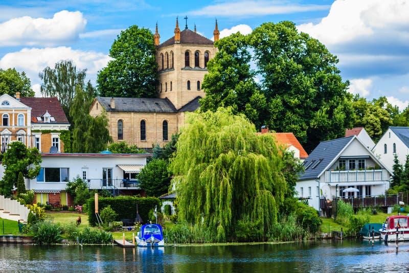 Κατοικημένες σπίτια και εκκλησία στο Wannsee στο Βερολίνο, Γερμανία στοκ εικόνα με δικαίωμα ελεύθερης χρήσης