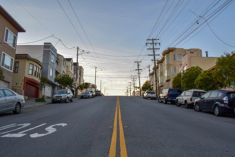 Κατοικημένη γειτονιά και στριμμένη οδός στο Σαν Φρανσίσκο με τα βικτοριανά σπίτια στο ηλιοβασίλεμα στοκ εικόνες με δικαίωμα ελεύθερης χρήσης