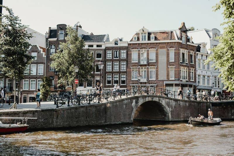 Κατοικημένη γειτονιά στο Άμστερνταμ, Κάτω Χώρες στοκ φωτογραφία με δικαίωμα ελεύθερης χρήσης