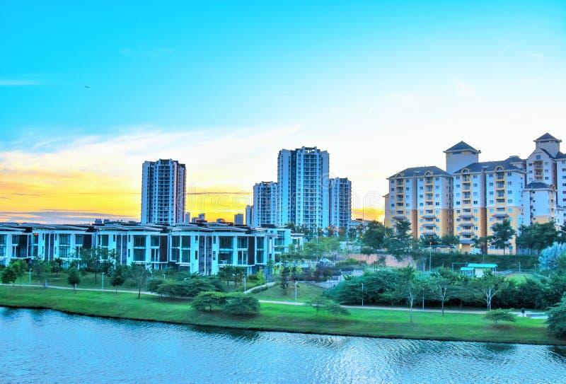 Κατοικημένη και εμπορική ζώνη κοντά στην όχθη της λίμνης σε Putrajaya, Μαλαισία στοκ φωτογραφίες