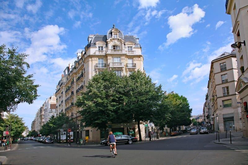 Κατοικημένη οδός του Παρισιού με τις κομψές πολυκατοικίες στοκ εικόνες