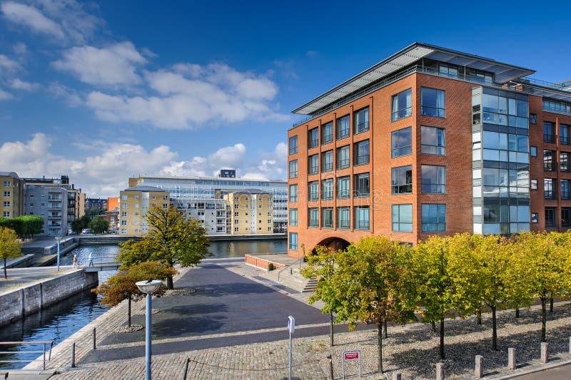 Κατοικημένο κτήριο και εμπορικό κέντρο Κοπεγχάγη πάρκο κοντά στην προκυμαία στοκ φωτογραφία με δικαίωμα ελεύθερης χρήσης