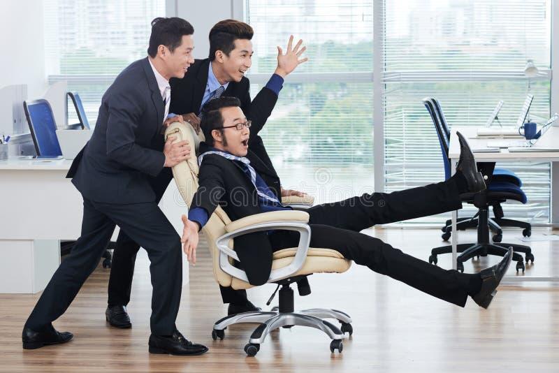 Κατοχή της διασκέδασης με τους χαρούμενους συναδέλφους στοκ εικόνες με δικαίωμα ελεύθερης χρήσης