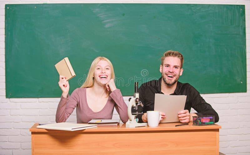 Κατοχή της διασκέδασης στο κολλέγιο Ξένοιαστοι σπουδαστές Απόλαυση του χρόνου στο κολλέγιο Ο τύπος και το κορίτσι κάθονται την τά στοκ φωτογραφίες με δικαίωμα ελεύθερης χρήσης