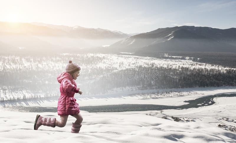Κατοχή της χειμερινής διασκέδασης με το φίλο κατοικίδιων ζώων στοκ φωτογραφία με δικαίωμα ελεύθερης χρήσης