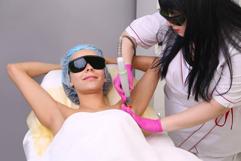 Κατοχή underarm του epilation αφαίρεσης τρίχας λέιζερ στοκ εικόνα