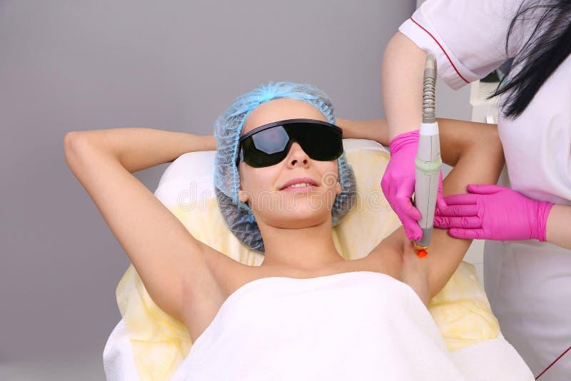 Κατοχή underarm του epilation αφαίρεσης τρίχας λέιζερ στοκ φωτογραφία με δικαίωμα ελεύθερης χρήσης