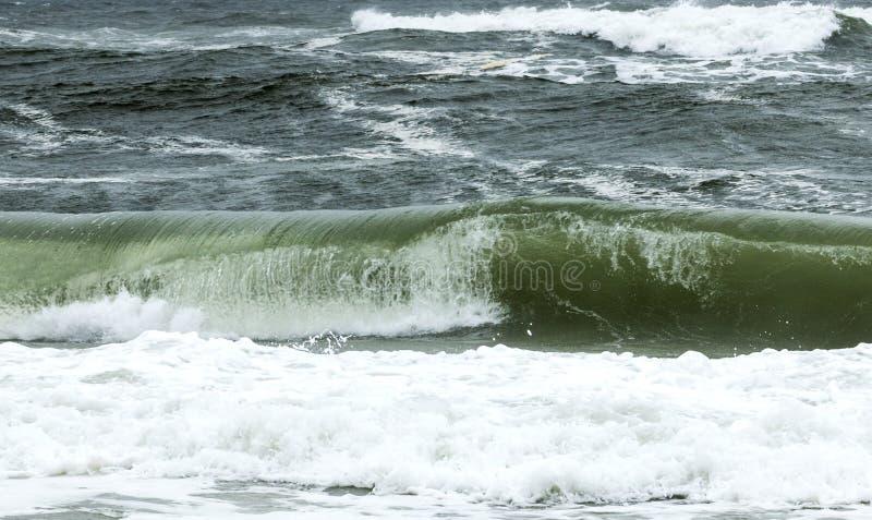 Κατσάρωμα κυμάτων από την ακτή με έναν τραχύ ωκεανό στοκ φωτογραφία με δικαίωμα ελεύθερης χρήσης