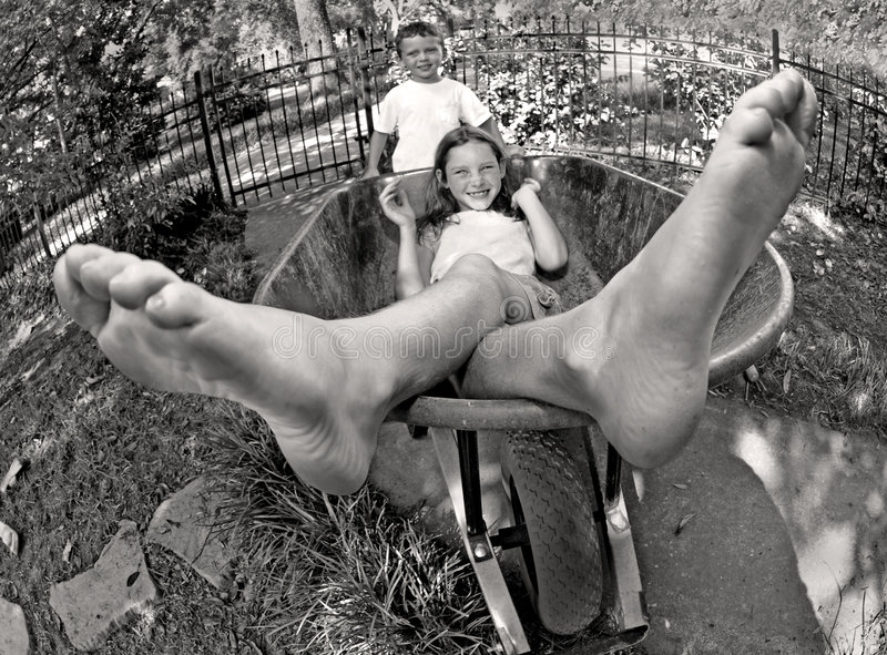 κατσίκια που παίζουν wheelbarrow στοκ φωτογραφία με δικαίωμα ελεύθερης χρήσης