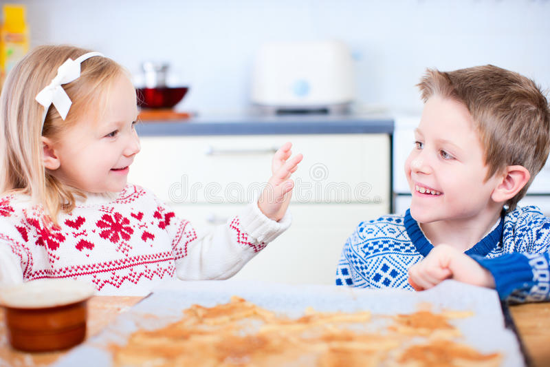 Κατσίκια που ψήνουν τα μπισκότα στοκ φωτογραφία με δικαίωμα ελεύθερης χρήσης