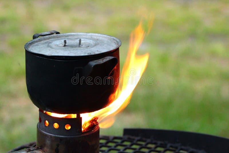 Κατσαρόλλα σε μια καίγοντας σόμπα στοκ εικόνα με δικαίωμα ελεύθερης χρήσης