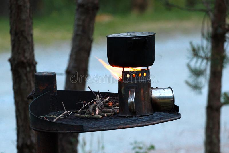 Κατσαρόλλα σε μια καίγοντας σόμπα στοκ εικόνες