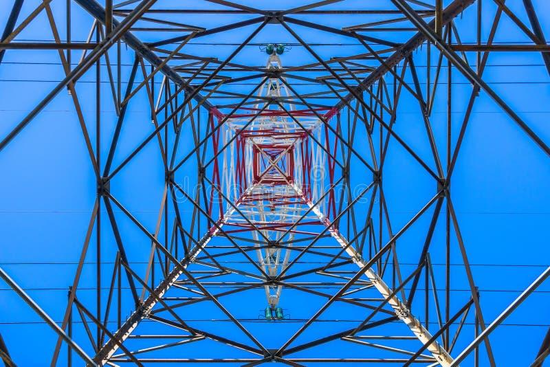 Κατώτατη άποψη ενός ηλεκτρικού πυλώνα υψηλής τάσης στοκ εικόνα με δικαίωμα ελεύθερης χρήσης