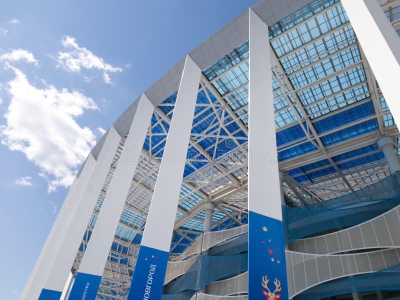 Κατώτατη άποψη της σύγχρονων στέγης και των τοίχων του νέου σταδίου σε Nizhny Novgorod Μπλε και άσπρες σκιές στοκ φωτογραφία με δικαίωμα ελεύθερης χρήσης