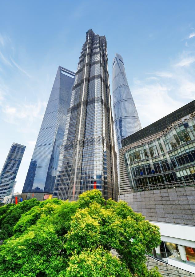 Κατώτατη άποψη του πύργου της Jin Mao και άλλων ουρανοξυστών Σαγγάη στοκ φωτογραφίες