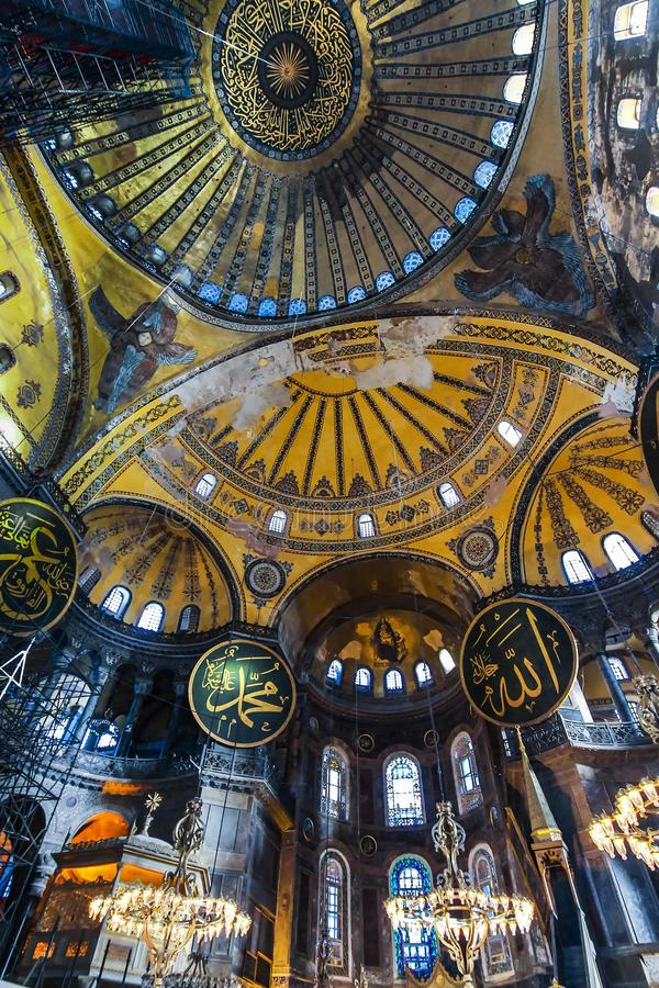 Κατώτατη επάνω εσωτερική άποψη του Hagia Sophia, που παρουσιάζει την κορυφή του κύριου θόλου με το ισλαμικό κείμενο στοκ φωτογραφία με δικαίωμα ελεύθερης χρήσης