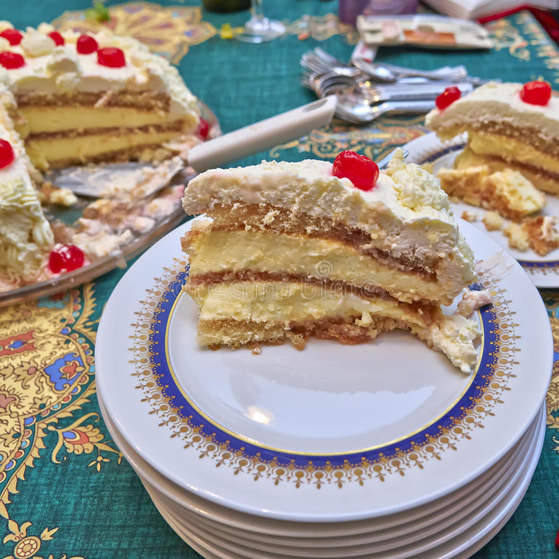 Κατ' οίκον γίνοντα άσπρο κέικ με τα βερνικωμένα κεράσια στοκ φωτογραφίες με δικαίωμα ελεύθερης χρήσης
