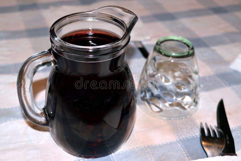 Κατ' οίκον γίνοντα κόκκινο κρασί στοκ εικόνα με δικαίωμα ελεύθερης χρήσης
