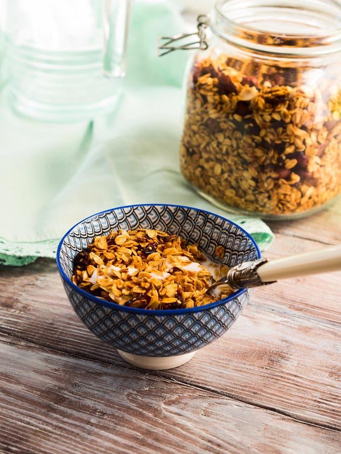 Κατ' οίκον γίνοντα κύπελλο granola με το γιαούρτι στον πίνακα στοκ φωτογραφίες με δικαίωμα ελεύθερης χρήσης