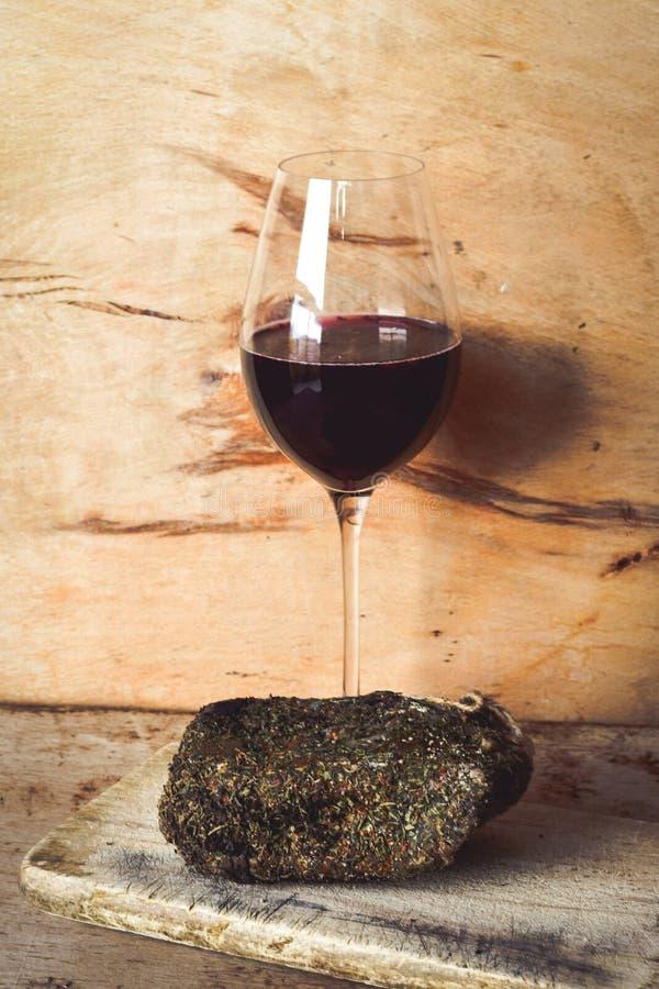 Κατ' οίκον γίνοντα σαλάμι και κρασί στοκ εικόνες