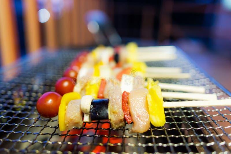 Κατ' οίκον γίνοντα BBQ σχαρών με το χοιρινό κρέας έχει ποικίλα φρούτα στοκ εικόνες