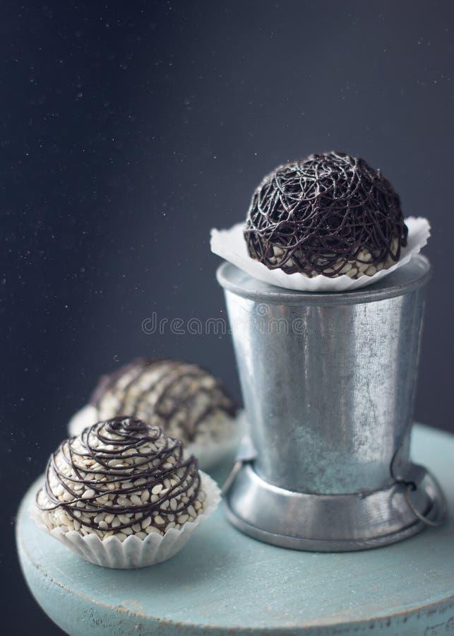 Κατ' οίκον γίνοντη καραμέλα με τη σοκολάτα και το σουσάμι στοκ εικόνες