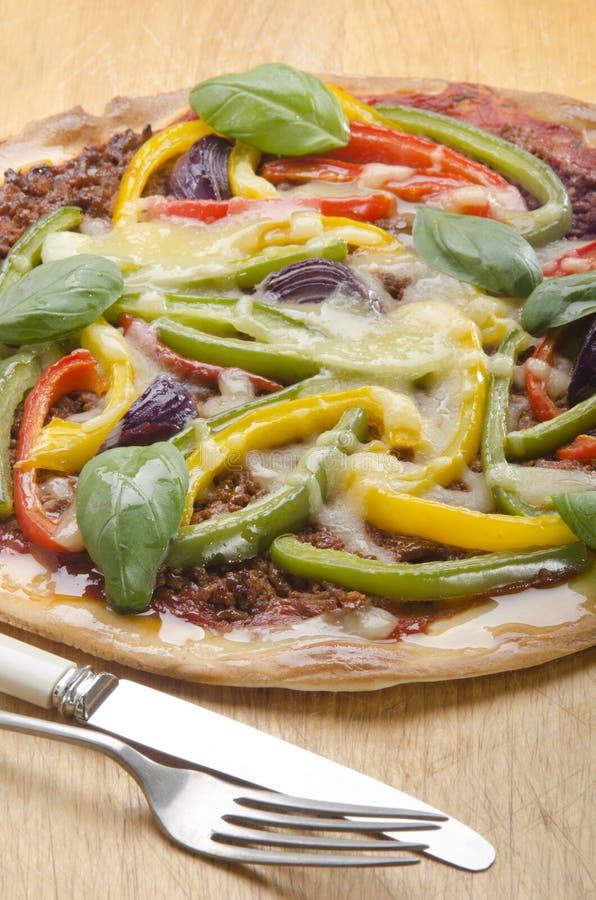 Κατ' οίκον γίνοντη πίτσα με το πιπέρι κουδουνιών στοκ φωτογραφία με δικαίωμα ελεύθερης χρήσης