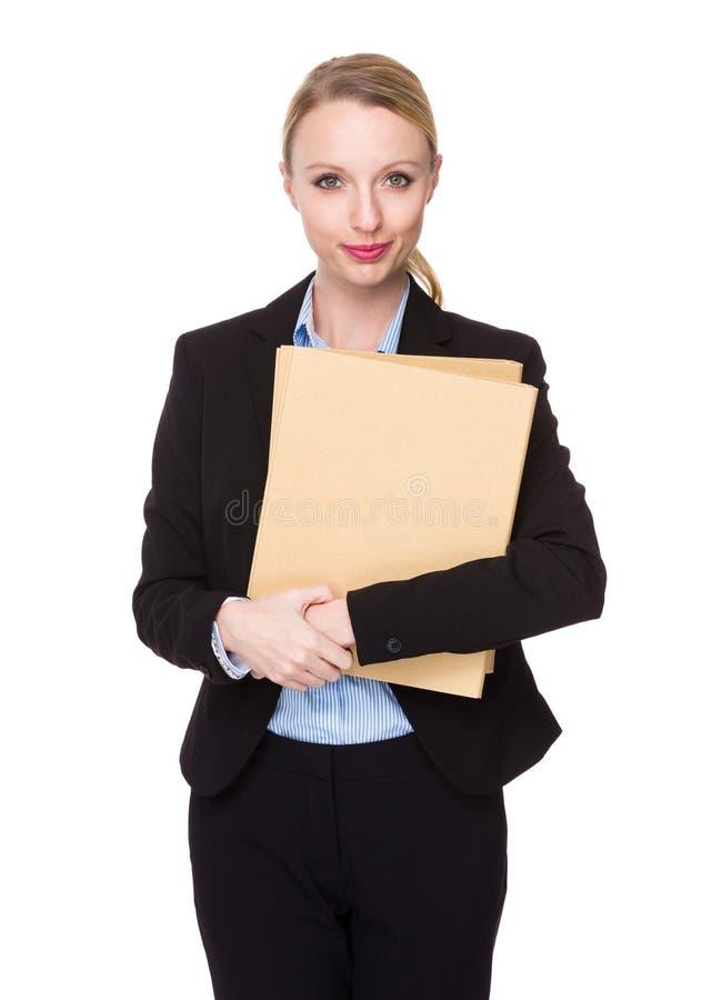 Καυκάσια λαβή επιχειρηματιών με το φάκελλο στοκ φωτογραφίες