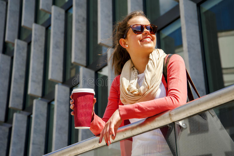 Καυκάσια γυναίκα ζωηρή στην πόλη με ένα όμορφο ακτινοβολώντας χαμόγελο στοκ εικόνα με δικαίωμα ελεύθερης χρήσης