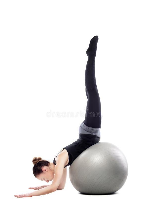 Καυκάσια γυναίκα που ασκεί pilates στοκ εικόνα με δικαίωμα ελεύθερης χρήσης