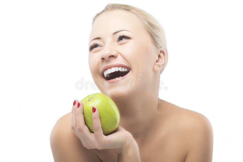 Καυκάσια γυναίκα που κάνει δίαιτα και που τρώει τη Apple. Υγιής τρόπος ζωής, καρύδι στοκ φωτογραφίες με δικαίωμα ελεύθερης χρήσης