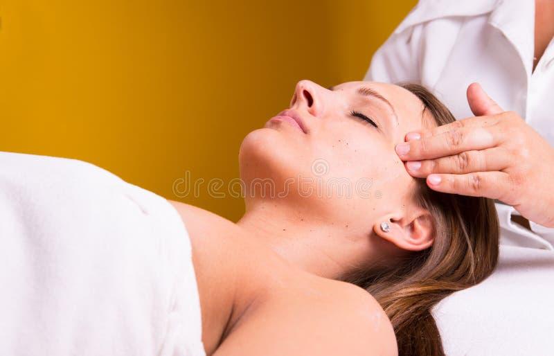 Καυκάσια γυναίκα στο beautician. στοκ εικόνα με δικαίωμα ελεύθερης χρήσης