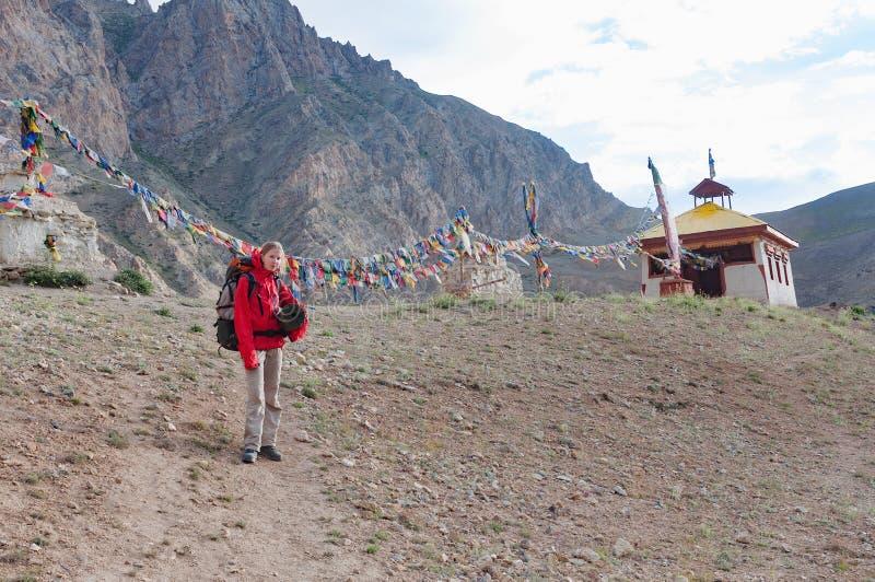 Καυκάσια γυναίκα trekker στα βουνά Himalayan κοντά στο stupa, Ladakh, Ινδία στοκ εικόνες