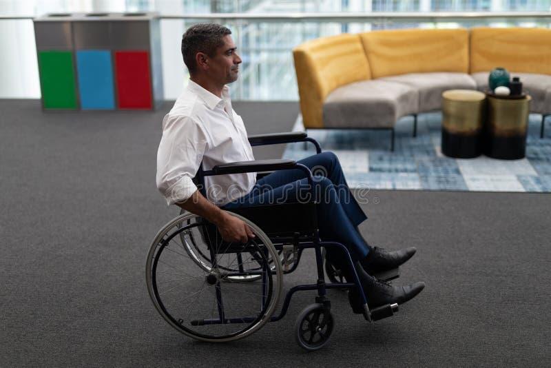 Καυκάσια εκτός λειτουργίας συνεδρίαση επιχειρηματιών στην αναπηρική καρέκλα στην αρχή στοκ φωτογραφία με δικαίωμα ελεύθερης χρήσης