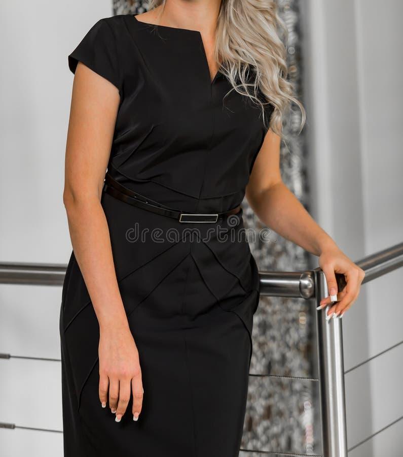 Καυκάσια επιχειρησιακή γυναίκα στην εταιρική ενδυμασία ιματισμού στοκ εικόνα