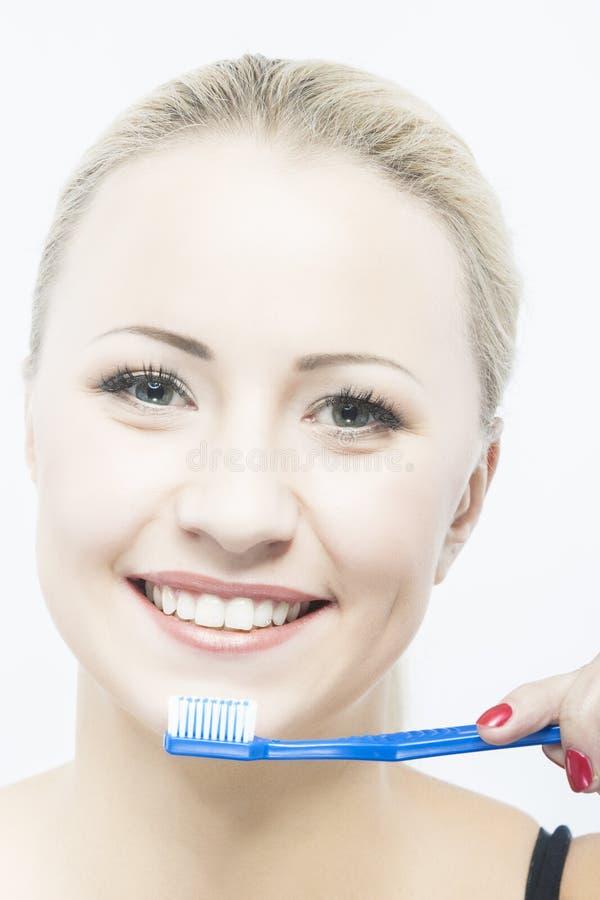 Καυκάσια καθαρίζοντας δόντια κοριτσιών στοκ εικόνες με δικαίωμα ελεύθερης χρήσης