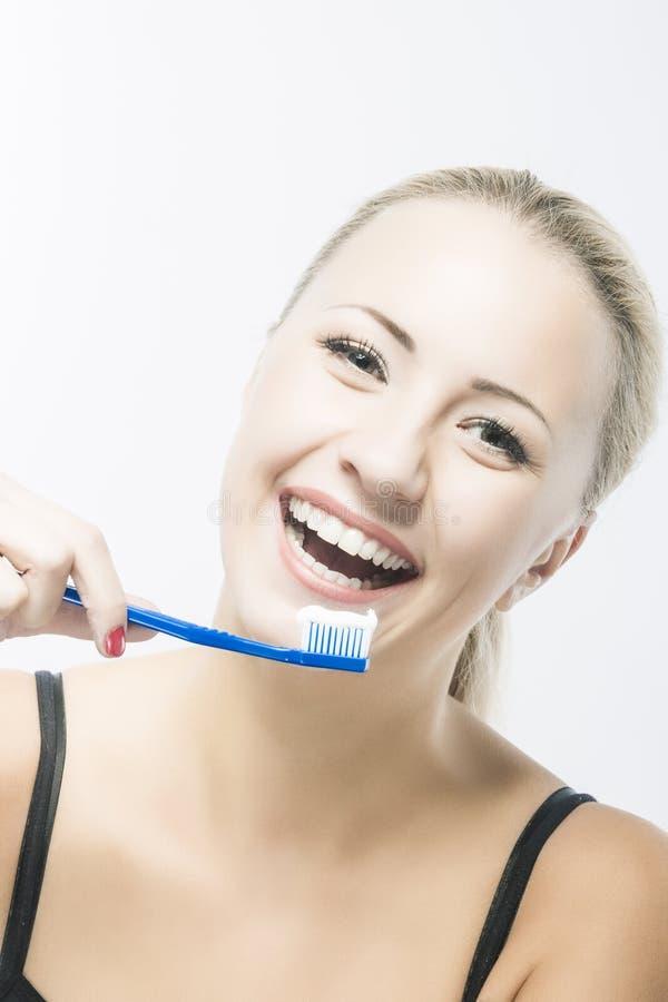 Καυκάσια καθαρίζοντας δόντια κοριτσιών στοκ εικόνα με δικαίωμα ελεύθερης χρήσης