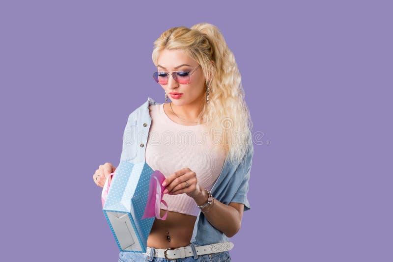 Καυκάσια καλή τσάντα αγορών εκμετάλλευσης γυναικών στοκ εικόνα