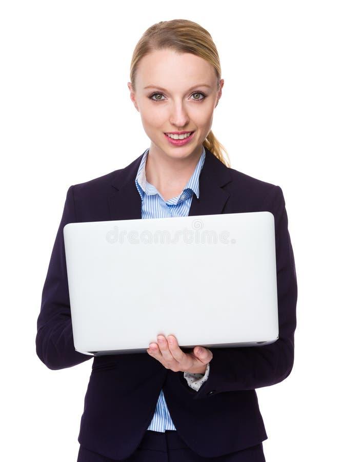Καυκάσια νέα χρήση επιχειρηματιών του φορητού υπολογιστή στοκ εικόνες